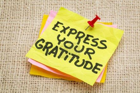 Photo pour Exprimer votre gratitude - conseils sur une note du pense-bête contre la toile de jute en toile - image libre de droit
