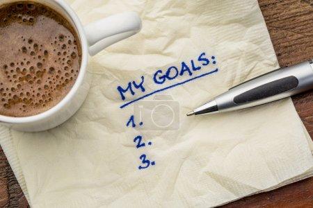 Photo pour Ma liste de buts sur une serviette avec une tasse de café - image libre de droit