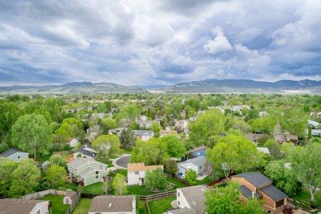 Photo pour Vue aérienne de la zone resdentiale et des contreforts des montagnes Rocheuses au printemps - Fort Collins, Colorado - image libre de droit