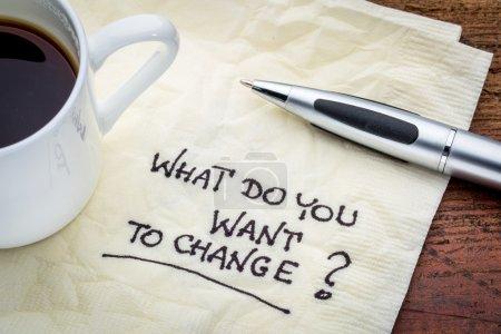 Photo pour Qu'est-ce que tu veux changer ? Écriture manuscrite sur une serviette avec une tasse de café expresso - image libre de droit