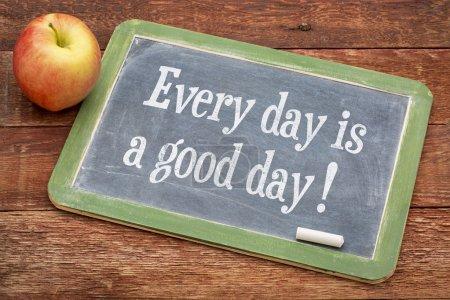 Photo pour Chaque jour est une bonne journée mots positifs sur un tableau noir d'ardoise contre le bois de grange rouge - image libre de droit