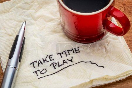 Photo pour Prenez le temps de jouer des conseils sur une serviette avec une tasse de café - concept d'équilibre entre vie professionnelle et vie privée - image libre de droit