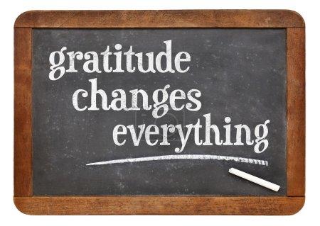 Photo pour Gratitude change tout - texte inspirant sur un tableau noir ardoise vintage - image libre de droit