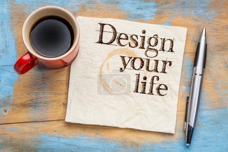 Photo pour Concevez vos conseils de vie ou suggestion sur une serviette avec une tasse de café - image libre de droit