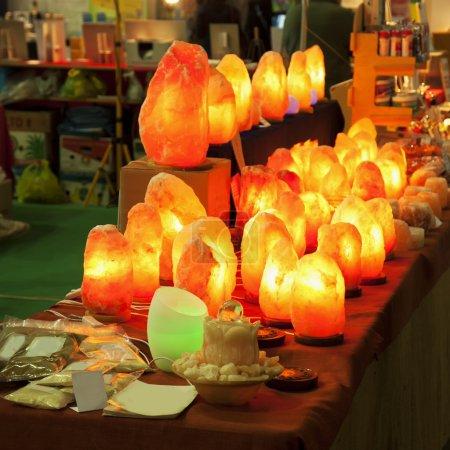 Photo pour Lampes en pierre rose en rangée sur une table, image carrée - image libre de droit