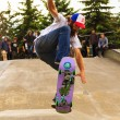 Постер, плакат: Athletes have a friendly skateboard competition