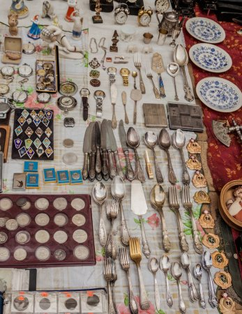 Photo pour Vente de vaisselle, insignes militaires, monnaies et médailles à la brocante vintage - image libre de droit