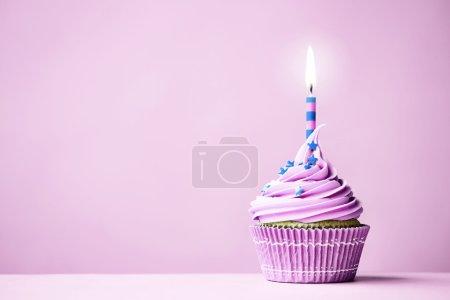 Foto de Cupcake de cumpleaños púrpura con espacio de copia al lado - Imagen libre de derechos