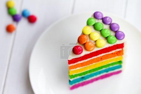 Photo pour Coloré tranche de gâteau de couche arc-en-ciel - image libre de droit