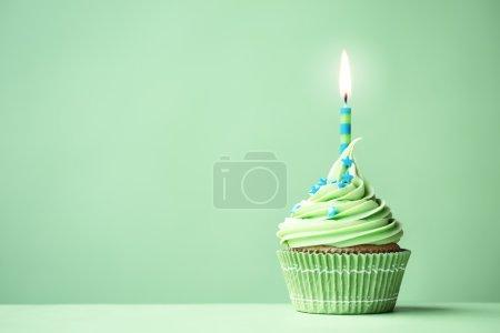 Foto de Cupcake de cumpleaños verde con espacio de copia al lado - Imagen libre de derechos