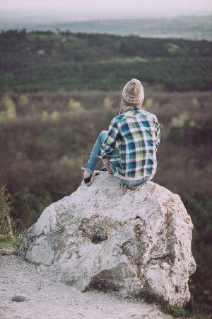 Foto de Mujer joven mirando el paisaje, posando al aire libre. Concepto de estilo de vida activo. - Imagen libre de derechos