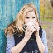 Podzimní žena pití kávy