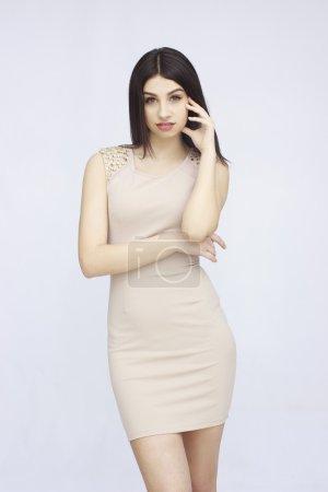 Photo pour Portrait de belle femme posant isolée sur blanc - image libre de droit