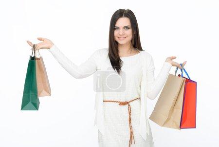 Photo pour Jeune fille attrayante avec des sacs à provisions colorés isolés sur fond blanc - image libre de droit