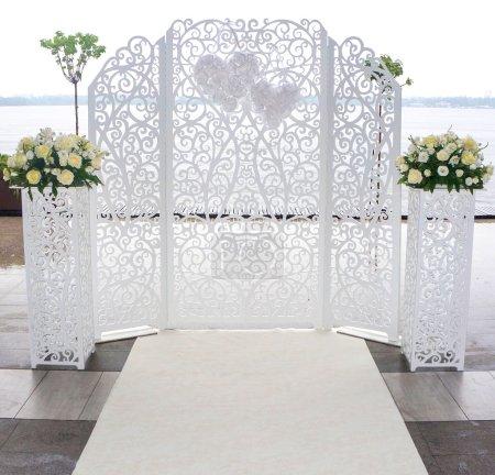 Photo pour Mariage festif autel en dentelle blanche - image libre de droit