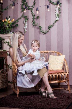 Photo pour Bonne mère et fille avec oeuf doré de Pâques - image libre de droit