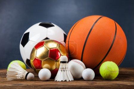 Photo pour Accessoires de sport. pagaies, bâtons, balles et beaucoup de plaisir - image libre de droit