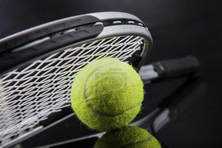 Photo pour Un jeu de tennis. Raquette et balle. Studio shot - image libre de droit