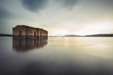 Photo pour Eglise abandonnée dans le barrage Jrebchevo, Bulgari - image libre de droit