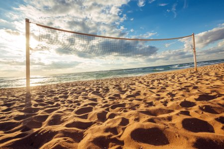 Photo pour Filet de volley et lever de soleil sur la plage - image libre de droit
