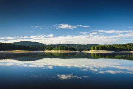 Photo pour Beau lac et montagne - image libre de droit