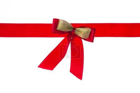 Photo pour Ruban rouge brillant sur fond blanc avec espace de copie - image libre de droit