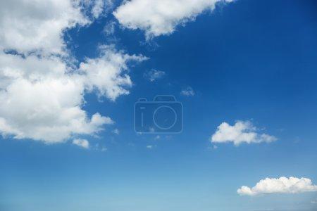 Photo pour Fond de ciel bleu avec des nuages blancs - image libre de droit