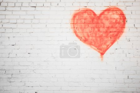 Photo pour White brick wall with red heart background - image libre de droit