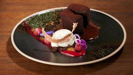 Photo pour Dessert de crème glacée savoureux coloré sur plaque grungy noire - image libre de droit