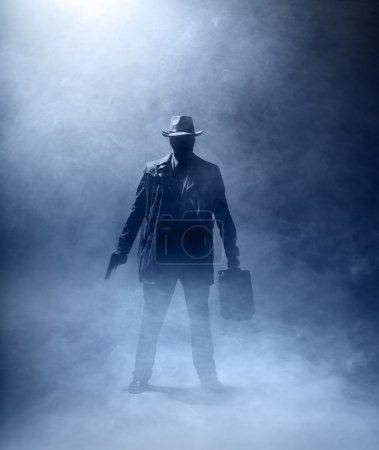 Killer mit Waffe und Aktentasche