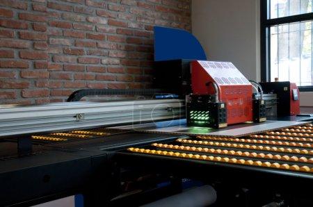 Photo pour Système d'impression numérique pour l'impression d'un large éventail d'applications super-grand format. Ces imprimantes sont généralement roll-to-roll ou à plat et ont un lit d'impression de 2m à 5m de large . - image libre de droit