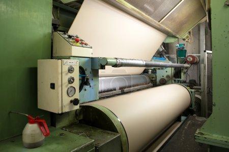 Photo pour Papier sont livrés à onduleuses, enroulées autour de gros rouleaux et sont transformées en feuilles de carton ondulé. - image libre de droit