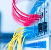 Optikai kábelek kapcsolódik az optikai port és a hálózati kábel