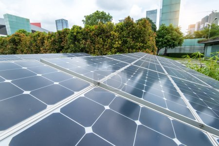 Foto de Paneles solares en el parque de la ciudad moderna - Imagen libre de derechos