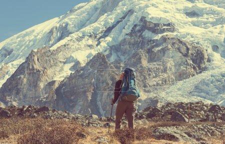 Photo pour Randonneur à pied dans les montagnes de l'Himalaya. Népal - image libre de droit