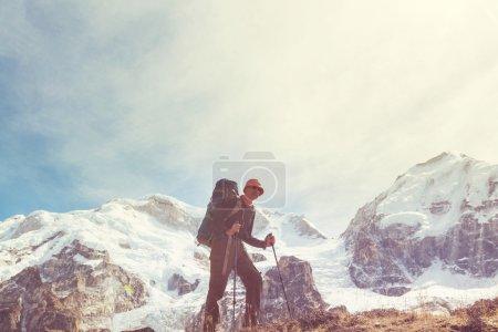 Photo pour Randonneur en montagne de l'Himalaya. Népal. Beau paysage - image libre de droit