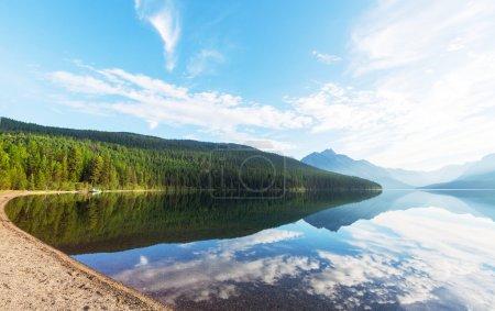 Photo pour Lac Bowman dans le parc national des Glaciers, Montana, États-Unis - image libre de droit