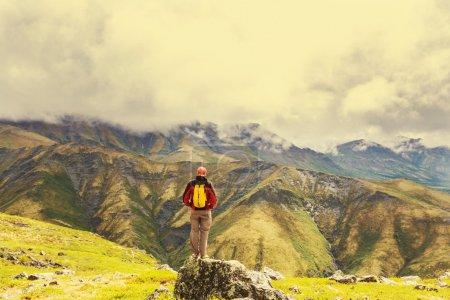 Photo pour Randonnée pédestre dans de belles montagnes pendant la journée ensoleillée - image libre de droit