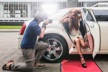 Célébrité féminine se cachant le visage de paparazzi