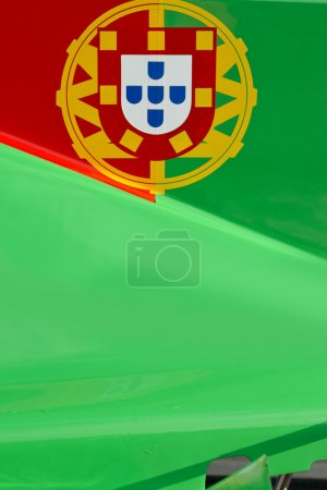 Photo pour Les couleurs et la crête du drapeau national du Portugal peint sur la carrosserie d'une voiture de course - image libre de droit