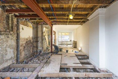 Photo pour Reconstruction majeure et renforcement de la construction en acier dans un appartement au rez-de-chaussée en cours - image libre de droit