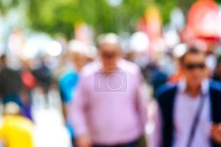 Photo pour Rue urbaine avec les piétons hors foyer, méconnaissable tous les jours dans l'environnement urbain - image libre de droit