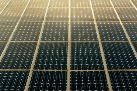 Foto de Luz solar en paneles solares módulos de células fotovoltaicas - Imagen libre de derechos