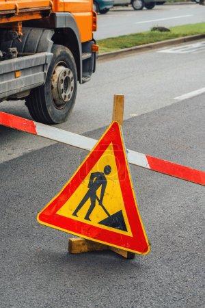 Foto de Señal de obra de construcción de carreteras en la entrada de asfalto - Imagen libre de derechos