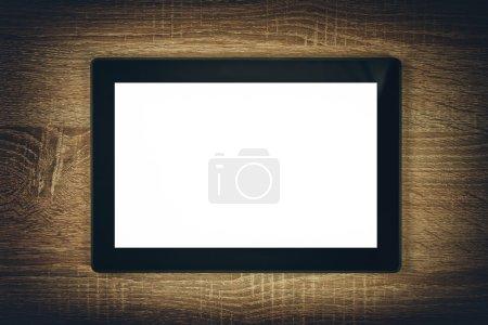 Photo pour Tablette numérique avec écran blanc blanc comme espace de copie sur fond en bois . - image libre de droit