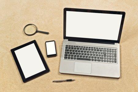 Foto de Web sensible diseño conceptual telón de fondo como espacio de copia para su maqueta de diseño digital tablet, smartphone móvil y el ordenador portátil con pantalla en blanco en blanco - Imagen libre de derechos