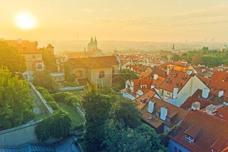 Photo pour Prague City Morning Skyline, Vue sur la Petite Ville ou le Petit Quartier depuis les murs du Château de Prague . - image libre de droit