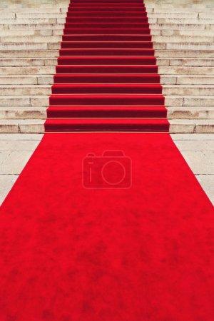 Foto de Alfombra roja en la escalera que marca la ruta tomada por vips y celebridades en eventos ceremoniales - Imagen libre de derechos