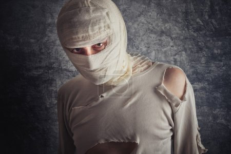 Photo pour Mad blessé avec une commotion cérébrale et blessé tête portant des Bandages médicaux. - image libre de droit