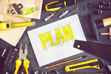 Photo pour Plan de projet pour la rénovation de la maison Travail avec du papier, du crayon et du bois assorti et outils de menuiserie sur la table d'atelier - image libre de droit